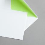 Weisse Couverts DIN C6 mit Farbfutter Hellgrün