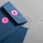 Couvert C6 Blau mit rosanem Bindfadenverschluss