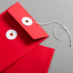 Couvert C6 Rot mit weissem Bindfadenverschluss