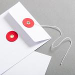 Couvert C6 Weiss mit rotem Bindfadenverschluss