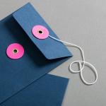 Couvert DIN lang Blau mit rosanem Bindfadenverschluss