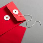 Couvert DIN lang Rot mit weissem Bindfadenverschluss