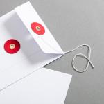 Couvert DIN lang Weiss mit rotem Bindfadenverschluss