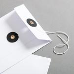 Couvert DIN lang Weiss mit schwarzem Bindfadenverschluss