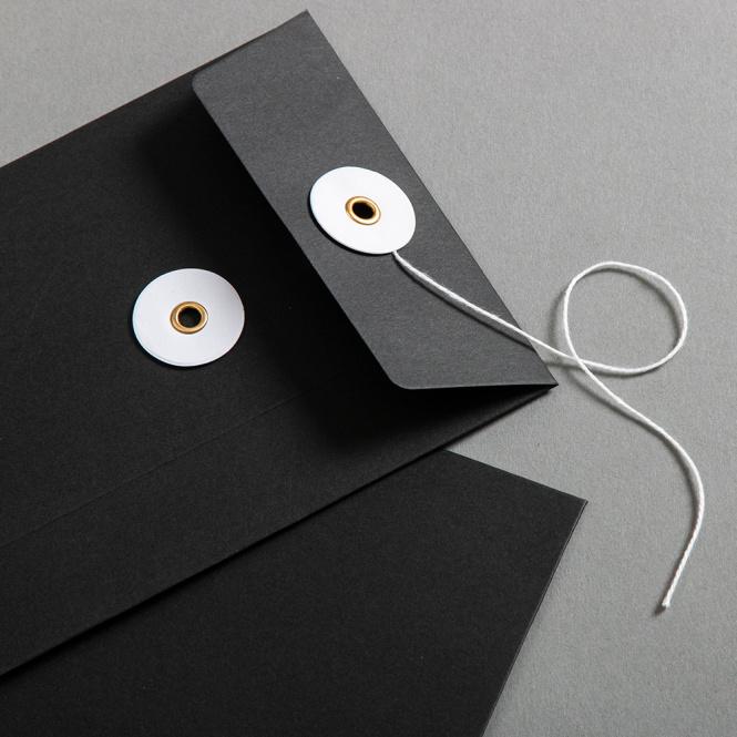 Couvert C6 Schwarz mit weissem Bindfadenverschluss